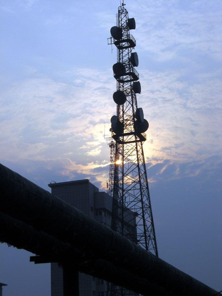 广播电视塔 我公司专业生产广播电视塔、电视发射塔、电视转播塔. 广播电视塔简称广电塔,主要用于安置广播电视天线。且大多建立在城、镇广播电视大楼的顶上或边上。因此铁塔结构的构造上除了满足广播电视天线对结构的工艺要求外,还需要造型美观,与周围环境相协调。 广电塔立面廓线通常采用多折线型,既美观又能使基础受力小,整塔稳定性好。平截面形状有三角形、四边形、六边形等。特殊情况下可用多边形网状结构。广电塔腹杆形状有单斜杆式、十字交叉式、菱形、 K 式和再分式等几种。单斜式腹杆用于小型广电塔上。一般为刚性斜杆。交叉式腹