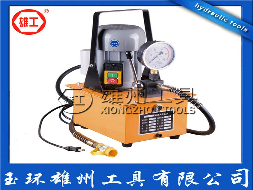 二、用途 1、该泵可以作为各种液压器械之液压泵。 2、该泵与其它液压工具配备后,能进行起重、压型、弯管、弯排、校直、剪切、装配、拆卸等多项工作。减轻劳强度,提高工作效率。 三、使用方法 使用时应打开放气螺母,将集油块上开关打开,插上电源,并将快速接头套在配用液压器械上的快速头上。按动电源开关,待电机转动1-2分钟,将开关关闭置于增压状态,此时输出液压油会进行各项工作,输出液压油随负载的增加而自行增压进行各项工作直至70MPA。 工作结束后,打开开关卸荷,待液压油回油结束后,卸下快速接头套,旋好放气螺母,拔