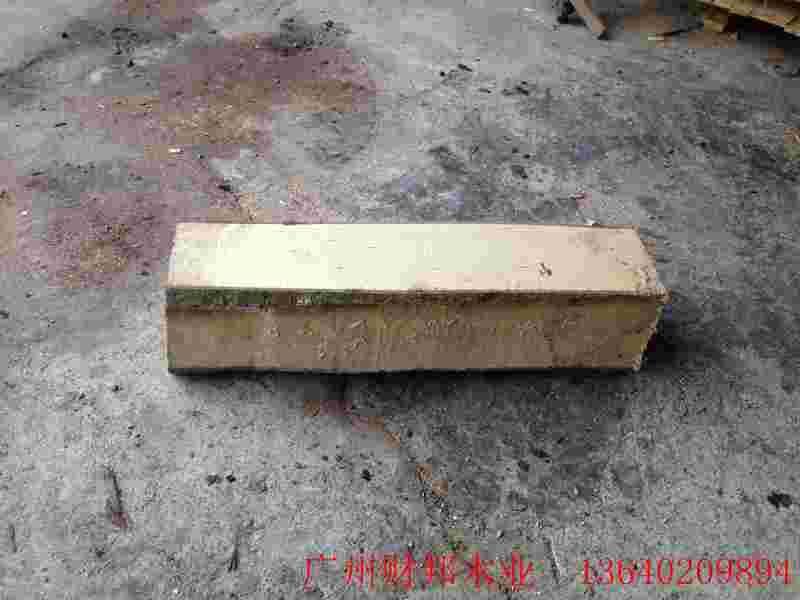 产品名称:垫底枕木(杂木) 型号:Z#201 规格:2000200150 详细内容:   枕木又名轨枕,木枕,防腐木枕,是承载物体,是用于铁路、专用轨道走行设备铺设和承载设备铺垫的材料。 基本参数 主要材质:辐射松/桉木/花旗松/杂木/樟子松等 规格尺寸:可根据客户不同要求定做 加工方式:略带毛边/四面见线 特殊处理烘干/熏蒸/防腐 适用范围:桥梁、铁路、物流、机械电子、陶瓷建材、精密仪器等垫底所需 价格:1800-3300元/立方米