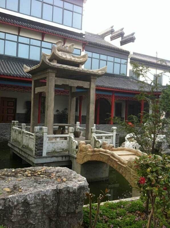 公司位于世界石雕之都福建惠安。惠安石雕历史悠久,源远流长,技艺巧夺天工,久负盛名,是中华民族优秀传统文化的一朵奇葩,素有中华一绝之美称。早在1600多年前的晋朝,惠安石雕作为永久性的艺术已被应用。建国后,惠安石雕工艺精益求精、日臻完善,建国初期北京十大建筑物、著名侨领陈嘉庚的集美鳌园等,都烁着惠安石雕的艺术光辉。 公司以古式方法制作各种朝代仿古石雕艺制品,欢迎惠顾! 电话:18065608699 QQ:3088503257