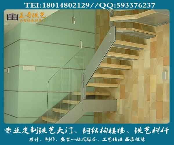 如果你的家是复式的房屋,楼梯是必不可少的。多元化模式的形成,反应了市场的需求,更反应了现代人们对家居生活有着更高的追求,从艺术和美学的角度来看,楼梯是家居生活视觉的焦点,也是彰显主人个性的一大亮点。经久耐用钢结构,一直以简洁、质感、时尚、现代感十足等特有的魅力深受广大消费者所喜爱。  施工现场照片  家居装修时如何利用空间也是一门学问,钢结构楼梯形式多种多样,多以其舒展的线条与周围环境空间形成一种形体上的韵律对比。而钢结构楼梯的基础框架涉及到建筑学、结构力学、美学等相关知识,要求相当高,难道较大,没有专业