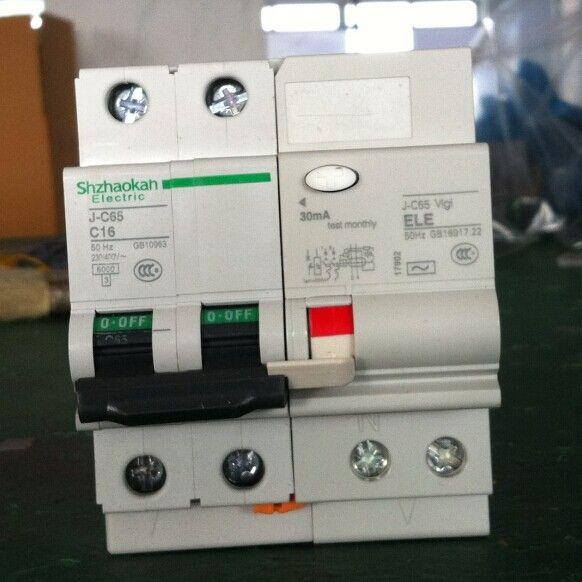 上海施耐德C65断路器 极数:1P,2P,3P,4P 额定电流:1-63A 限流等级:3 分断能力:N型:6kA;H型:10kA 脱扣特性:C型,D型 C65H具有隔离功能 C65H可用于直流系统 VigiC65(G)漏电保护附件 具有独立的复位手柄和故障指示 极数:1P+N,2P,3P,4P 保护方式:电磁式(ELM);电子式(ELE) 额定电流等级:32A/63A 额定脱扣漏电流:30mA 脱扣时间:6-50ms 带过电压保护的漏电附件:VigiC65G(2805%VAC) C65(C120)断路器电