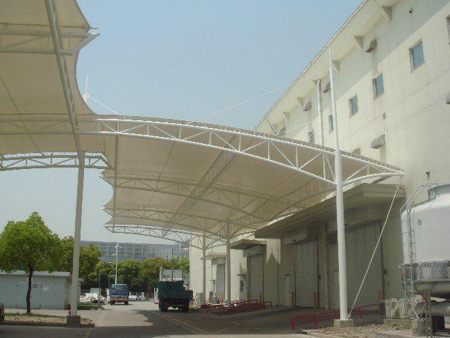 车棚适用范围:社区、学校、商业、体育馆、工厂、政府机构等。 梓昂膜结构车棚可选材料:钢材、钢索、膜材料等。 梓昂膜结构的结构形式:是由多种高强薄膜材料(PVC或Teflon)及加强构件(钢架、钢柱或钢索)通过一定方式使其内部产生一定的预张应力以形成某种空间形状,作为覆盖结构,并能承受一定的外荷载作用的一种空间结构形式。 梓昂膜结构使用寿命及特点:膜结构车棚的篷布材质是膜结构,而膜材的最大特点是强度高、耐久性好、防火难燃、自洁性好,不受紫外线影响,使用寿命长,一般15-30年。具有高透光率,透光率为13%,