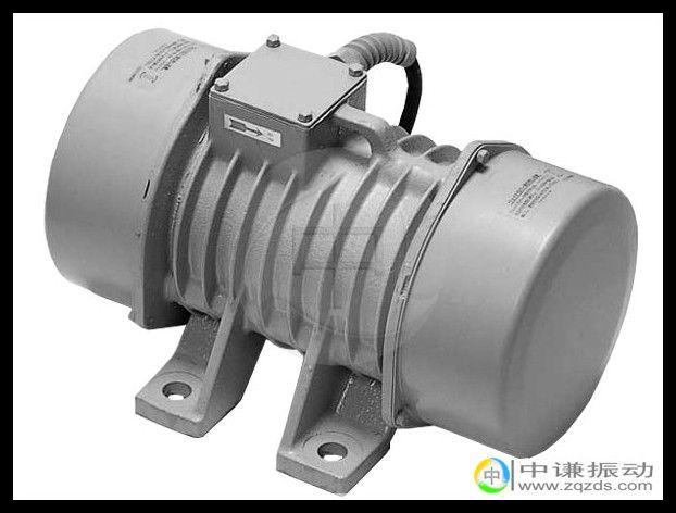1.1kw振动电机除可应用于一般常见的振动筛分机械外,还可组合多种振动形式,如旋转振动型,垂直提升性、涡旋型,摇动振动型,组合直线型,组合长椭圆型,复合双频型,复合双幅型等。1.1kw振动电机是将动力源与振动源合为一体的电动旋转式激振器,由特殊设计的铜线包外加两组偏心块组装而成,YZU系列振动电机利用安装在转子轴两端的可调偏心块高速旋转产生的离心力得到的激振力。 1.