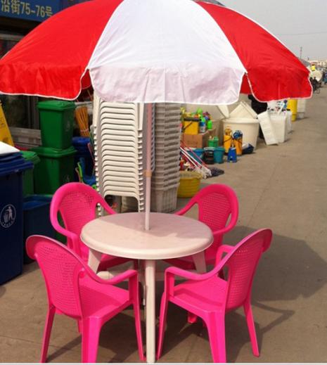 塑料桌子和椅子