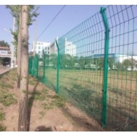 供应三角折弯护栏网,公路隔离栅,北京道路护栏