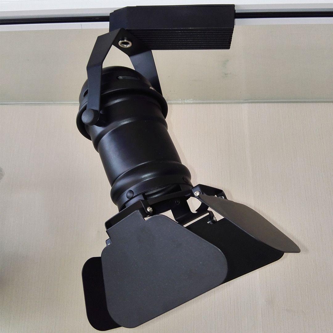 懂灯光选天显 天显TINESINE专注高端现代餐饮照明,全球强劲配置超高安全边际,小米价格模式重塑行业 价值标杆。 餐饮照明灯光标准:1、灯光有效激发客人食欲 2、就餐环境让客人身心愉悦温馨 3、无声的贴心服务员 天显餐饮解决方案:1、天显高清晰灯光视觉极致清晰,色彩极致还原,食品菜肴瞬间朗润起来,好像有了 生命力,心情舒畅就餐欲望强烈 2、灯光光线设计充满着现代气息和空间感 温馨而又富有层次感。 天显现代餐饮照明,光束角12/16/24,显色指数Ra90/93/95/97/99,色温2700/3000/