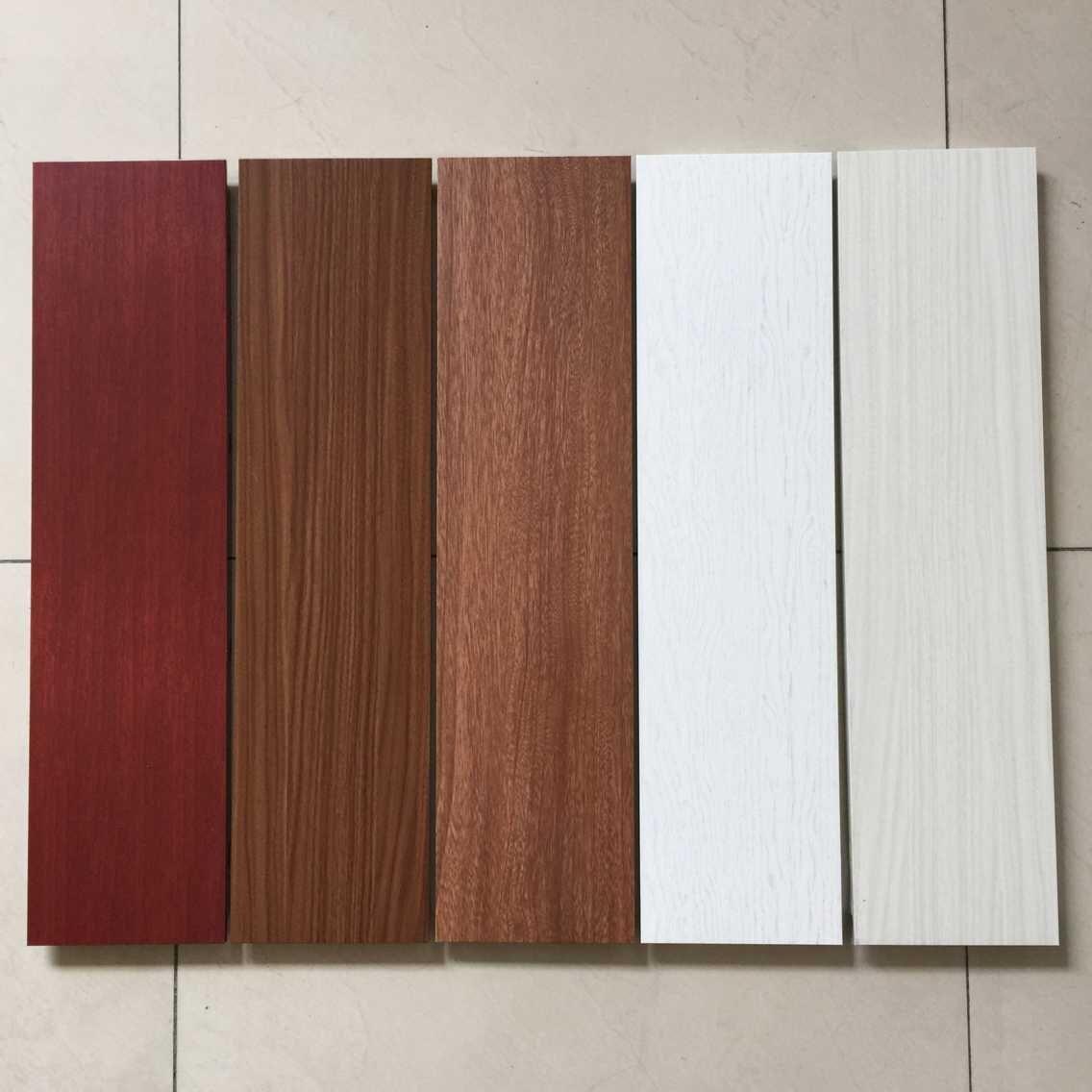 涂装,板面平整,无色差,涂层附着力强,能耐酸、碱、盐雾的侵蚀,长时间不变色,涂料不脱落,氟碳涂层板是户外使用的极为理想的装饰材料,使用寿命二十年以上,且保养方便,用水冲洗便洁净如新。铝条扣具有极强的复合牢度。铝扣板精选高聚塑料与高分子材料经热压复合而成,一般经2小时沸水试验无粘合层破坏现象。而且适温性强。铝天花一般可在较大的温度变化下使用,其优良性能不受影响。产品重量轻,强度高。在与相同刚度情况下的其他,重量远比其它材料轻。最重要的是产品安全无毒、防火。铝扣板的芯层是无毒的聚乙烯,其表面是非可燃的铝板,故