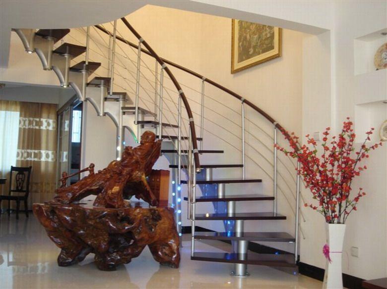 一、旋转楼梯造型的选择: 1、中柱式旋转楼梯:造型紧凑,最大化节省空间,尤其适用于空间小的阁楼楼梯,或者楼顶天台,店铺阁楼等。 2、两翼旋转楼梯:其两翼呈镙旋状上升,姿态优美、舒展,豪华、大气,适用于大户型,标准的复式楼梯装修。既避了 直线楼梯的普通,又美观、实用。