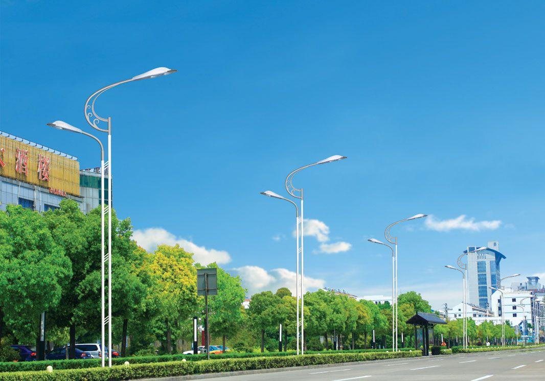路灯价格1500元/套,厂家直销,量大从优惠 太阳能LED路灯,它不但发光效率高而且使用寿命长,跟着科技的不断发展,LED光源逐渐被广泛应用于太阳能路灯及普通市电路灯。相信在不久的将来太阳能LED路灯和市电LED路灯很快将取代普通路灯。 2、太阳能路灯本产品无需铺设地下线缆,无需支付照明电费,太阳能路灯所采用的枢纽部件太阳能电池板、太阳能直流路灯智能控制器、免维护蓄电池、照明灯具均经由国家光伏产品认证。主要合用于城市道路、小区广场、产业园区、旅游景区、公园绿化带等场所的亮化照明。 3、我们所出产的所有产品
