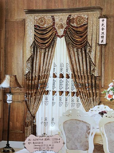 拉上幔帐式的窗帘将室内外分隔成两个世界