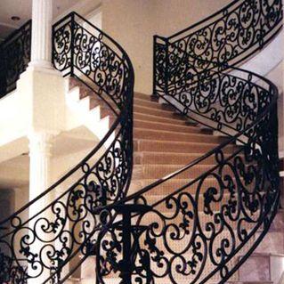 铁艺楼梯   暗沉的铁制颜色给人以沉稳大气之感,简约却不显单调的楼梯底座设计、别致的楼梯扶手花饰加入了新的颜色点缀,整体给人以雅致、精简之美。充满现代感的简约几何形设计、精致小巧的线形元素、经典的亮、沉颜色对比,更加凸显现代时尚之美。这种现代简约风格的铁艺楼梯设计模式在现代家装设计中已经逐渐兴盛起来。铁艺楼梯也是楼梯中的一种,因其花纹精美、款式繁多而备受人们喜爱。   铁艺楼梯的安全性   一方面是楼梯铁艺材质的牢固,材质不能太薄,并且要正确分析受力情况,确保铁艺楼梯的承受力在标准以上、楼梯能经久赖
