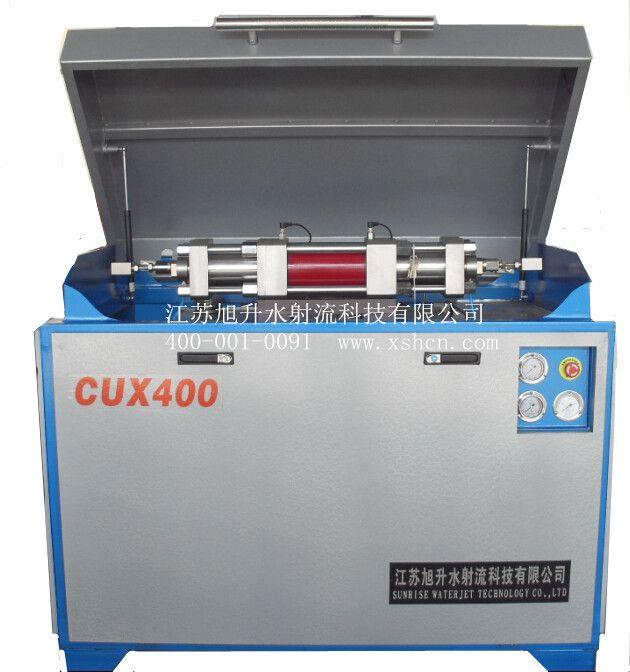 功能特征 超高压发生器是使用油增压器让水产生超高压水,然后直接供给水切割机床,输出压力为0-400MPa。自来水在送到增压器前必须经过预处理和过滤,水流出增压器每端的单向阀后进入储能器中。电机驱动柱塞泵把油箱中的液压油吸出经过液压阀送至增压器中,换向阀使油缸中的活塞产生往复运动,当压力使活塞移动到另一端时,液压油经过水冷却器返回到油箱。 流体循环 本设备包含四种流体循环: 液压油驱动增压器活塞。 低压水供给增压器。 超高压水供给水切割机床。 冷却水冷却液压油。 增压器操作 增压器是超高压发生器最主要组成部
