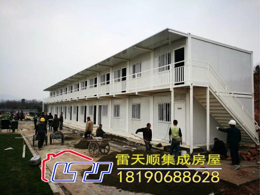 1, 整体吊系列集装箱房屋采用轻钢结构体系,墙面覆以复合eps保温墙板