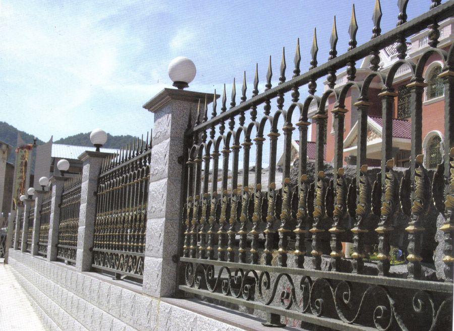 铁艺护栏和实木护栏哪种好_突袭网
