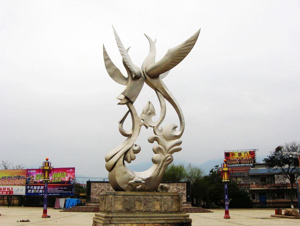 雕塑,这也证明了不锈钢雕塑已经越来越受到现代化城市的青睐。用不锈钢呈现雕塑艺术形态是现代雕塑的首选,因不锈钢很强的金属光泽性和光滑的质感,很受现代雕塑理念的青睐。因为其材质的金属性和制作难度,使得不锈钢雕塑的造价也是雕塑材质中比较高的。不锈钢雕塑因着不易生锈、易清洁、抗风能力强、经久耐用的特点才成为现代城市雕塑的主流,成为现代人们热爱的潮流雕塑产品。不锈钢雕塑被广泛应用于广场雕塑、校园雕塑、城市雕塑、公路雕塑等户外园林景观中。