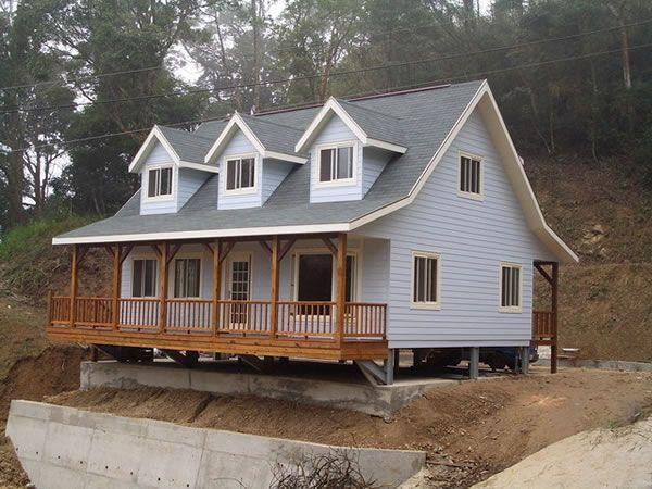 广州南沙区户外防腐木屋式农家乐、度假山庄、餐厅设计及施工    成品呈现,高档防腐木屋 木材是天然材料,当湿度大时木屋会自动吸湿,干燥时则会从自身的细胞中放出水分,如同一台天然空调机。木屋是世界上唯一能称得上真正绿色环保的建筑,较一般水泥、砖瓦结构住房节能50%。树木是呼出氧气,吸入二氧化碳,正好与人类相反,因此树木是人类的益友,木屋是人类的氧吧,生态环保建筑以其健康养生的理念深入人心,木屋更以其会呼吸而居生态环保建筑之榜首。所以,住木屋别墅可延年益寿,让生活充满阳光与原木的芳香。如今,在欧美等发达国家