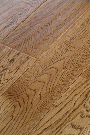 橡木花纹也有直纹和横纹的区别,其纹理越清晰,木材价值越高.