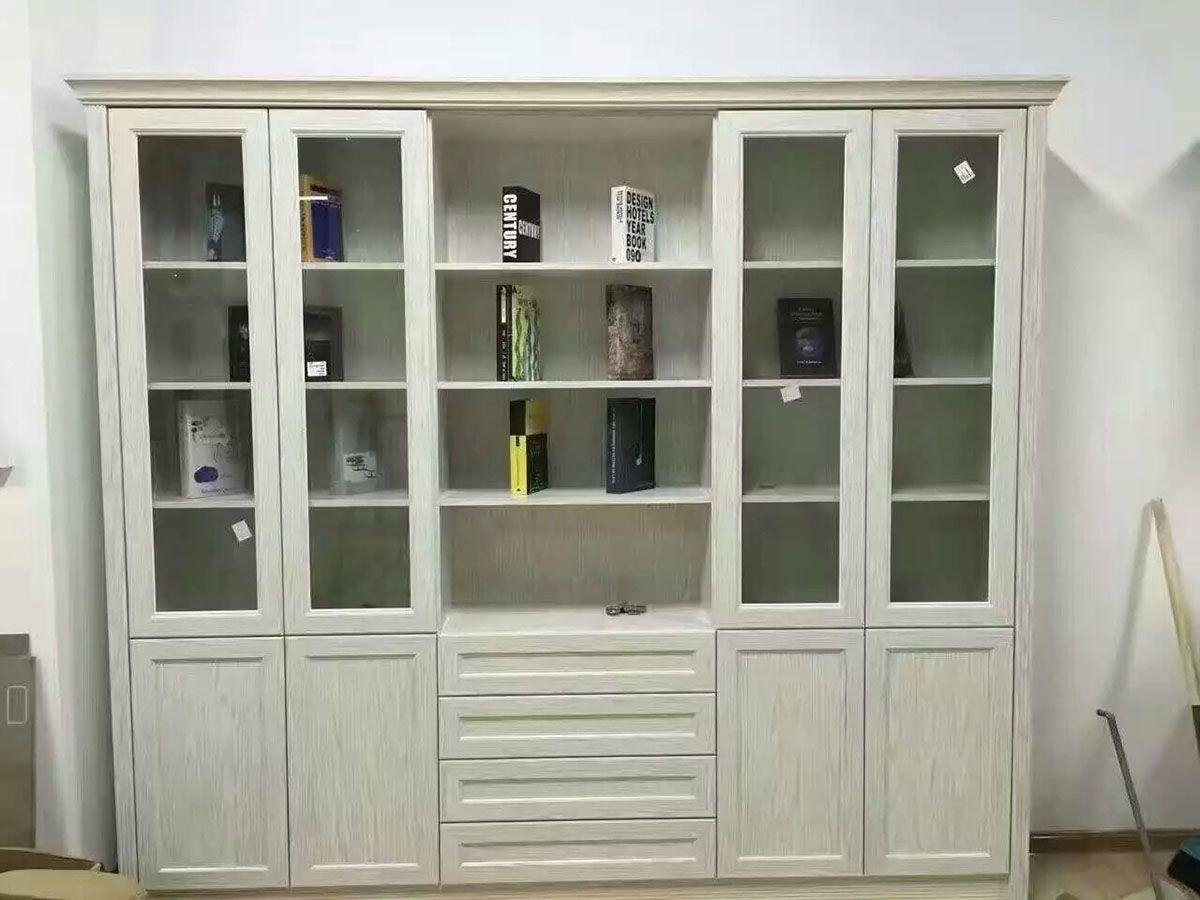 采用全鋁鋁材仿實木格局制作而成,其菱形格子的設計既通風透氣,又美觀;于水盆下方設計一組,相信會給您的廚房帶來意想不到的效果。色彩豐富,木紋逼真,單色色度純艷, 不開裂不變形,耐劃、耐熱、耐污、是成熟的櫥柜材料,而且日常維護簡單。 鋁享家