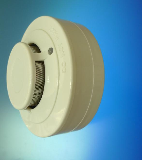 火灾初起的烟雾会积聚在高处天花板处,烟感报警器可以实时监视探测烟雾的存在,每45s左右对环境停止周期性检测;烟感报警器经过内部智能处置器感应离散光源,一旦检测到烟雾,立即经过一个内置的专用IC驱动电路和一个外部压电式换能器输出报警声。