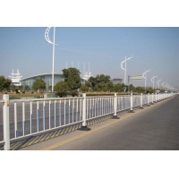 贵阳厂家直销交通道路隔离栏、道路锌钢护栏