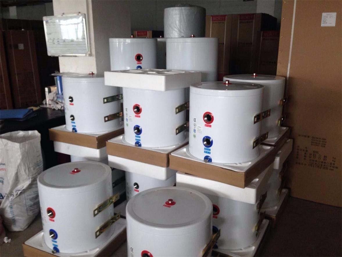 节能缓冲水箱,集成水力分压、排气、排污和集中控制,并支持多能源导入,适用于中央空调、采暖等闭式循环系统。可与水地源热泵、风冷热泵及其它单冷、单热设备配套使用。 节能缓冲水箱,串联扩容,额外增加系统水容量,是水蓄冷技术的衍生应用。能量额外存储,减少主机频繁启动,解决小系统负荷波动,延长设备寿命,为系统省电节能。 未使用缓冲水箱的小型中央空调系统中,由于环路中的循环水量有限,在主机启动后很短暂的时间内就达到水温底线,主机就会停止工作,然后又会在很短暂的时间内,水温又达到主机的启动条件,主机又开始启动运行。频繁