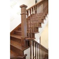 环保的室内楼梯别墅_木质温泉水泥上的环保实平面基础别墅图片