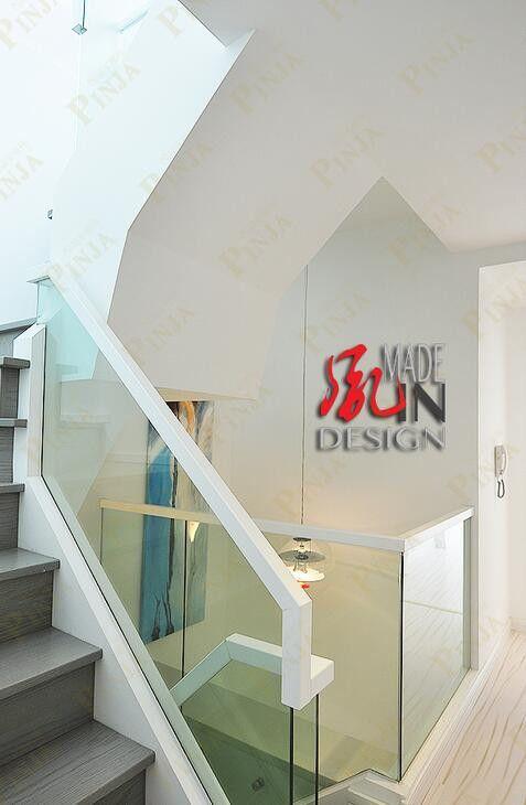 简单的家用室内木质玻璃楼梯 玻璃栏杆的榉木别致造型