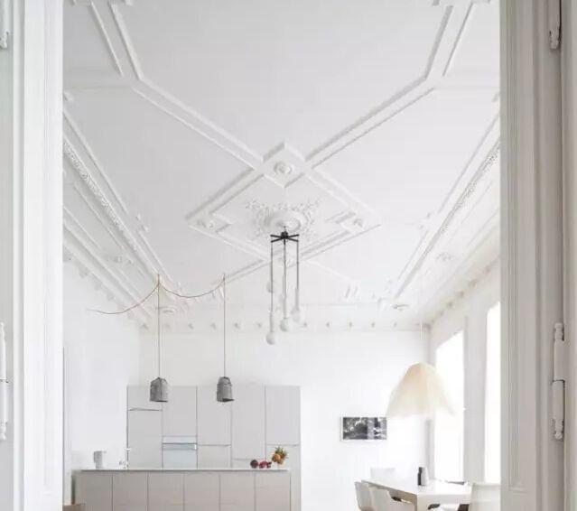 简单线条勾勒出的墙面与复杂欧式石膏线,产生绝对梦幻的对比,随着奔放图片